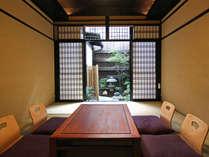 京町家らしい和風庭園を望める居間。照明効果によりモダンな空間があたたかみを感じさせてくれます。