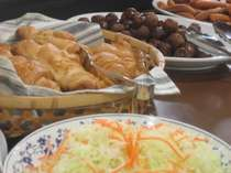 朝食バイキング。和食と洋食からお好きなものを選べます。