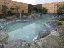 開放的な露天風呂でゆっくりと疲れを癒してください。(写真は岩風呂例)