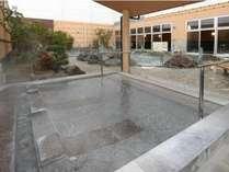 「コロナの湯」では、岩風呂、壷湯、寝湯、桧炭酸風呂など多種多様なお風呂が楽しめます。