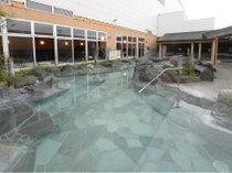 温浴施設「コロナの湯」の露天風呂。※営業時間 6:00~深夜1:00(最終受付深夜00:30)