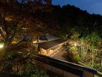 ■客室前より望む海石榴の外観。宵は山の稜線も美しい