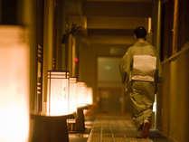 ■本館客室前にてお部屋に向かう仲居さん