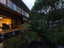 ■本館池庭と客室の夕景の様子
