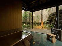 【迎賓館 光源氏】庭園に面したガラス張りの浴室には檜風呂を設置。