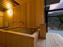 【迎賓館 春曙紅】眺望デッキに露天風呂を備え、山間にたなびく霞や輝く星など、美しい景色もひとり占め。