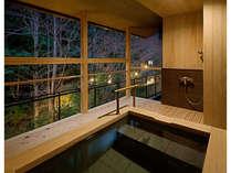 【迎賓館 花富貴】客室露天風呂。夜の湯浴みも風情があります。