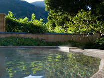■殿方露天風呂から望む山の景色。
