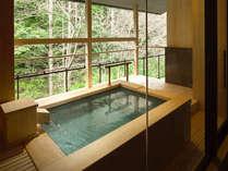 【迎賓館 花富貴】山沿いに自然を眺め、小川や緑樹を見ながらの露天風呂は格別です。