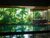 ■緑樹に包まれた、しっとりとした大浴場です。浴場内の露天風呂もお楽しみください。