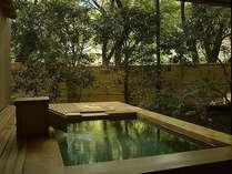 【和洋室露天風呂付 70平米】客室露天風呂は、趣のある作りとなっております