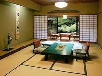 【和室二間 50平米】日差しのふりそそぐ明るい雰囲気、お部屋によって眺望が異なります。