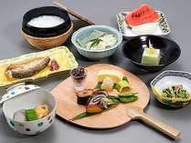 【朝食】昨夜の余韻が感じられる小懐石。ご飯は炊き立ての白ご飯かお粥を選べます(※イメージ)