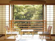 本館客室は、窓から池庭と山々を一望。季節の移りかわりとともに変化していく表情が楽しめます。