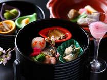 【春の懐石】みずみずしい山菜をはじめ、桜エビや鰊、エゾアワビなどの魚介を用いた春一色の前菜