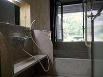 お庭を眺めるコンパクトに整った客室内風呂