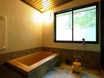 【内風呂】檜香る広々とした客室風呂