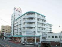 ホテル外観、伊香保温泉の象徴 石段街近く県道33号線沿い
