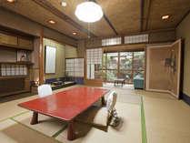京都の風情が感じられる木造の数寄屋づくりのお部屋です