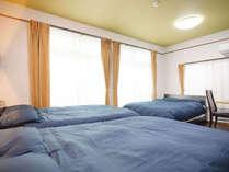 ・301号室:ダブルベッド3台の寝室