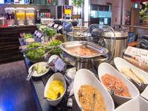朝6:30オープンの朝食会場は、落ち着いた雰囲気のレストランで和洋約50種のメニューをご用意♪