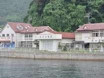 ホテル隠岐外観(向かって左側併設の建物がお土産物店「真璃音(マリーン)」、右側が食事処「磯四季」です。