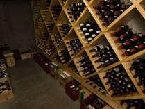 【レストラン地下のワインカーブ】厳選された約200種類約500本のワインが出番を待っています。