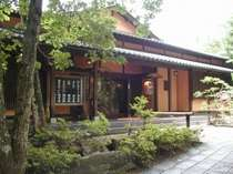 大和朝廷をモチーフとした林に囲まれた風情ある本格和風旅館です。