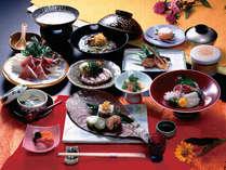 *和食のおもてなし。旬の味覚や地元産の食材を使ったお料理が並びます(夕食一例)
