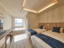 シングルベッド2台にお布団を2組ご用意したオーシャンビューの洋室です。