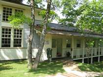久住・長湯・竹田の格安ホテル B・B・C長湯 長期滞在施設と林の中の小さな図書館