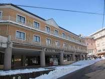 旅館街の中心地に位置する当ホテルの冬の全景