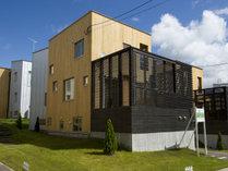ラグジュアリータイプの一戸建てが7棟建っているコンドミニアムです