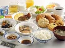【和洋朝食バイキング】人気の焼立てパンに和食も加わりさらに内容充実!