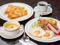 *洋朝食/好評のフレンチトーストに目玉焼きやベーコン、スープ、ドリンクが付きます。