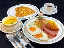 洋朝食/好評のフレンチトーストに目玉焼きやベーコン、スープ、ドリンクが付きます。