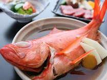 秘伝の煮汁でさっぱっりと仕上げた金目鯛姿煮はお二人様で一尾