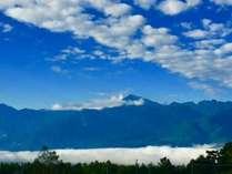 日常では味わうことができない、雲の上の幻想的な景色が眼下に広がります