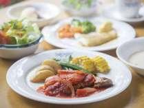季節のサラダ、スープ、魚、肉、ライス、デザートまでの ジョナサン風フルコース