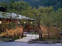 【外観】夕闇の玄関前庭園