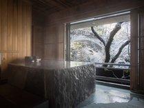 バリアフリー対応の露天風呂付スイート(特別室)では、源泉100%掛け流しの温泉とサウナを一人占めできる
