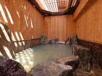 柔らかい日差しが差し込む室内型露天風呂です。