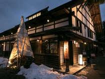 江戸時代から遺る古民家を改修したクラブハウスは独特の存在感。