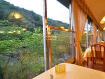 【レストラン】大きな窓からは山々の風景を眺めることができます。