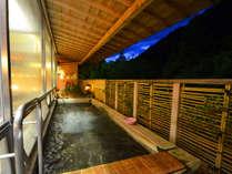 【温泉・女湯】露天風呂。四季によって移ろう山々をご覧いただけます。