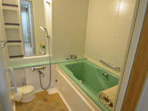 【特別室】バスルーム。シャワー、カランともに、源泉のお湯をひいております。