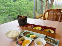 【朝食一例】窓の外の風景を楽しみながら爽やかなひととき
