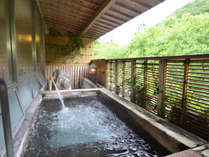 【温泉・男湯】露天風呂。自然いっぱいの爽やかな風を感じながら癒しの時間
