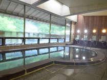 【温泉・男湯】大きな窓から外の景色をみながら、とろとろの塩江温泉でリフレッシュ。