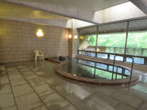 【温泉・男湯】主浴槽のほかに、サウナ、水風呂、露天風呂がございます。